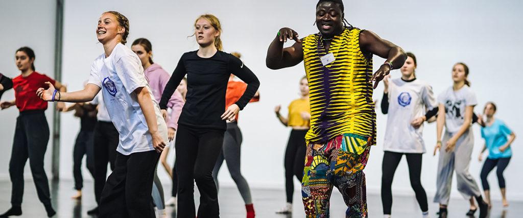 Afrotanssia Abdul Baselin johdolla. Etualalla vasemmalla Alisa Honkapää.