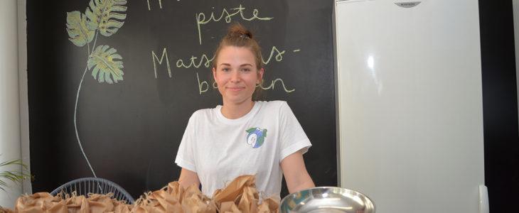 Maailmaa paremmaksi. Karjaan hävikkiruokapisteen perustanut ja toimintaa koordinoiva Sole Garghentino-Nygård jakaa ravintoloiden ja kahviloiden ylijäämäruokaa, jotta sitä ei tarvitse heittää pois.