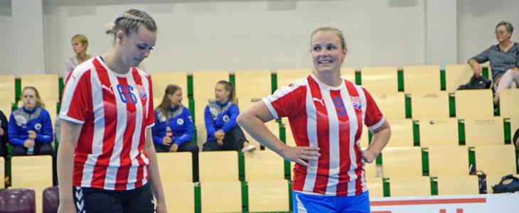 Hymyä huuleen. Nea Sjöberg (oik.) toivotti Thea Nordlingin ilomielin BK:n naisten joukkueeseen mukaan.