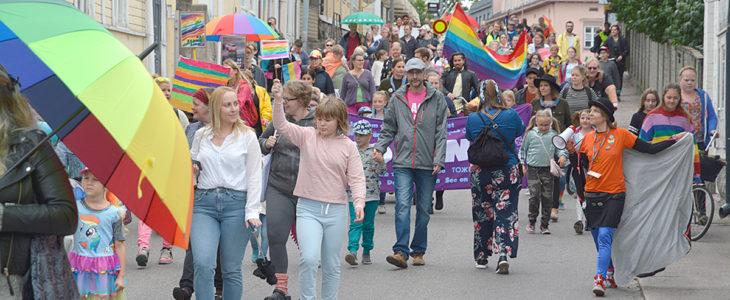 Kuurosateetkaan eivät häirinneet värikkään joukon iloista tunnelmaa Raaseporissa neljännen kerran järjestetyssä Pride-tapahtumassa.