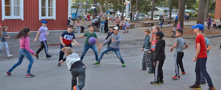 Liikkuvassa koulussa on tärkeää liikkeen lisääminen ja istumisen vähentäminen. Kiilan koulun välitunneilla pelataan ja liikutaan ahkerasti. Pallot saavat kyytiä ja keinuissakin riittää käyttäjiä.