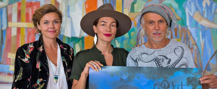 Mi Grönlund (vas.), Meeri Koutaniemi ja Vinko Prizmic. Grönlund vastaa festivaalin järjestelyistä Hangossa, Prizmic puolestaan Dubrovnikissa.