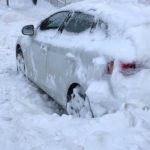 Pysäköidyt autot haittaavat lumenaurausta