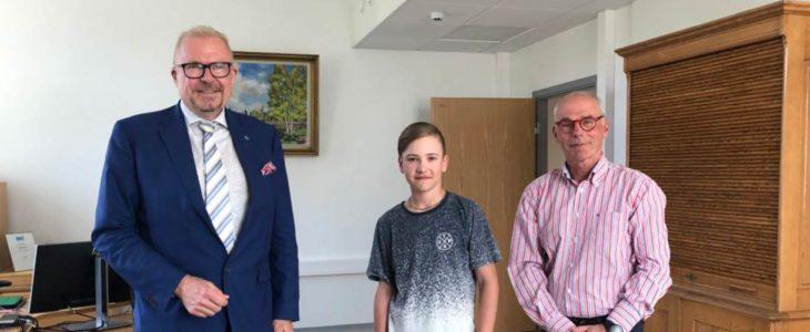 Kaupunginjohtaja Ragnar Lundqvist (vas.) ja valtuuston varapuheenjohtaja Ulf Heimberg onnittelivat Miltonia