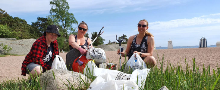 Ronja Jacobsson, Elisa Malasniemi ja Lumi Määtä keräämässä roskia.