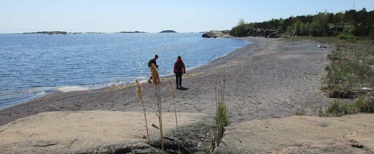"""Jussarön saaren luontopolun varrella sijaitsee myös oivallinen uimapaikka, punakallioinen """"iron beach"""". (Kuva: Mari Parsonage)"""