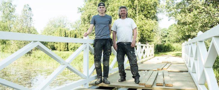 Kevin Koskinen ja Torbjörn Starck kertovat, että silta on pitänyt rakentaa kokonaan käytännössä uudelleen. Alkuperäistä on vain betoniset kannatinpilarit.