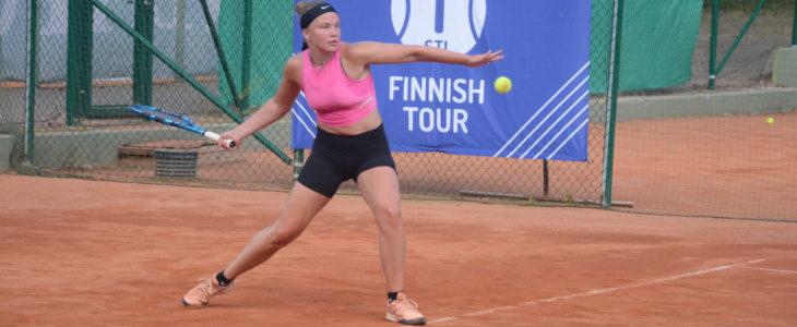 Clarissa Blomqvist valmistautuu lyömään palloa.