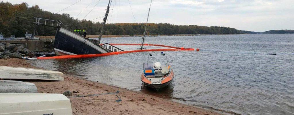 Uponnut troolari vuotaa polttoainetta mereen Lappohjassa